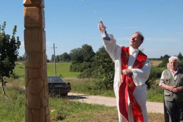 Bajorų kaime pašventintas kryžius